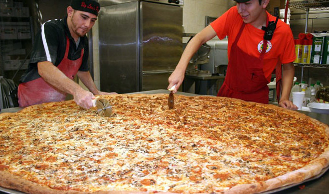 Hungry Meet And Eat The Biggest Pizza In Texas At Big Lou S