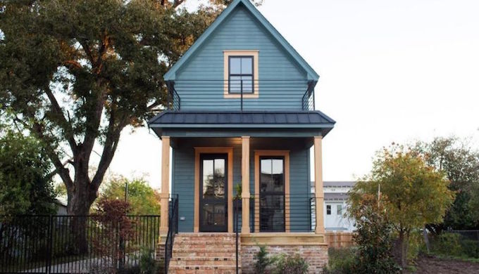 Chip and joanna gaines give this tiny waco home an amazing for Window world waco