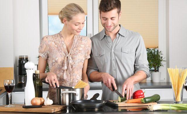 woman-kitchen-man-everyday-life-298926 (1)